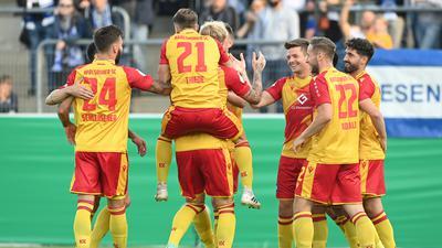 Torjubel nach dem 0-2: Fabian Schleusener (KSC), Marco Thiede (KSC), Torschuetze Philipp Hofmann (KSC), Marvin Wanitzek (KSC), Christoph Kobald (KSC) und Fabio Kaufmann (KSC) (von links).  GES/ Fussball/ DFB Pokal: 1. Runde: Sportfreunde Lotte - Karlsruher SC, 09.08.2021  Football / Soccer: DFB cup: 1st Round: Sportfreunde Lotte vs Karlsruhe SC, Lotte, August 9, 2021
