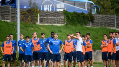Vor dem Doppel-Test: Trainer Christian Eichner schwört die KSC-Profis in Bad Leonhofen auf ihre Aufgaben ein.