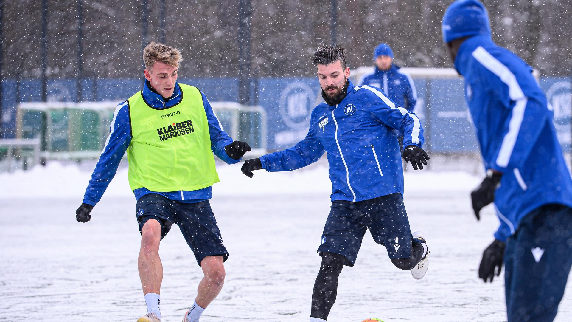 Zweikampf, Duell  im Schnee zwischen Marco Thiede (KSC)l. und Jerome Gondorf (KSC).  GES/ Fussball/ 2. Bundesliga: Karlsruher SC - Training,  10.02.2021  Football/Soccer: 2. Bundesliga:  KSC Trainingsession, Karlsruhe, February 09, 2021