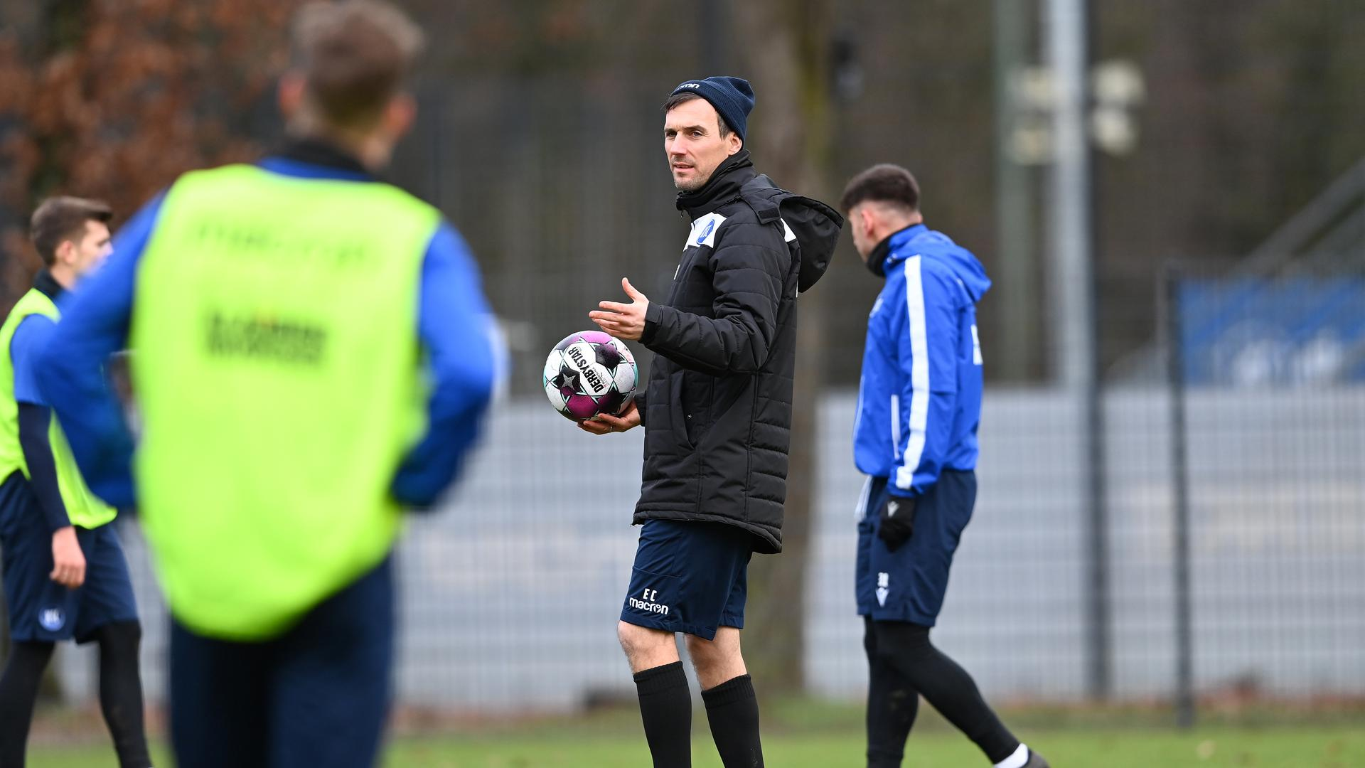 Trainer Christian Eichner (KSC) beim Training.  GES/ Fussball/ 2. Bundesliga: Karlsruher SC - Training, 28.12.2020  Football/Soccer: 2. Bundesliga: KSC Training, Karlsruhe, December 28, 2020