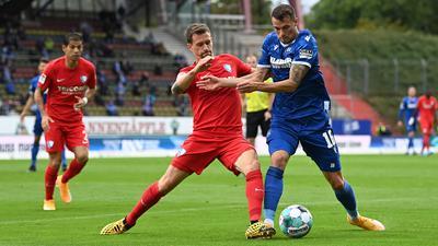 Der ehemalige Karlsruher Simon Zoller - hier im Zweikampf mit Philipp Heise - erzielte die Bochumer Führung.