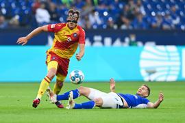Robin Bormuth (KSC, l) gegen Simon Terodde (S04, r).  GES/ Fussball/ 2. Bundesliga: FC Schalke 04 - Karlsruher SC, 17.09.2021  Football / Soccer: 2nd League: FC Schalke 04 vs Karlsruher SC, Gelsenkirchen, September 17, 2021