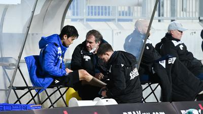 Kyoung-rok Choi (KSC) muss verletzt behandelt werden. Teamarzt Marcus Schweizer (KSC, m) und Johannes Haberlandt (KSC, r). bei ihm.  GES/ Fussball/ 2. Bundesliga: SV Darmstadt 98 - Karlsruher Sport-Club, 26.02.2021  Football / Soccer: 1st League: SV Darmstadt 98 vs Karlsruher Sport-Club, Darmstadt, February 26, 2021