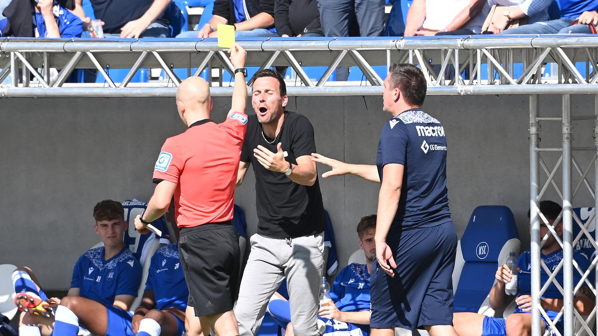 Nicht einverstanden: KSC-Trainer Christian Eichner kann die Verwarnung von Schiedsrichter Nicolas Winter gegen ihn nicht nachvollziehen.
