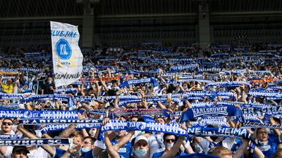 Feature, KSC-Fans mit Fanschals.  GES/ Fussball/ 2. Bundesliga: Karlsruher SC - SV Darmstadt 98, 30.07.2021  --  Football/ Soccer 1st Division: Karlsruher SC vs SV Darmstadt 98, Karlsruhe,  Jul 30, 2021 -- DFL regulations prohibit any use of photographs as image sequences and/or quasi-video.