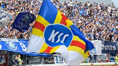 Feature: Fans, KSC-Fahne.  GES/ Fussball/ Badischer Fussball-Verband Pokal-Finale: Karlsruher SC - SV Waldhof Mannheim, 26.05.2019