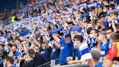 KSC Fans mit Fanschals.  GES/ Fussball/ 2. Bundesliga: Karlsruher SC - Holstein Kiel, 11.09.2021  Football/Soccer: 2. Bundesliga: KSC vs Holstein Kiel, Karlsruhe, September 11, 2021
