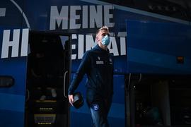 Alexander Groiss (KSC) steigt aus dem Bus aus.  GES/ Fussball/ 2. Bundesliga: Eintracht Braunschweig - Karlsruher SC, 21.11.2020  Football / Soccer: 2nd League: Eintracht Braunschweig vs Karlsruher Sport-Club, Brunswick, November 21, 2020