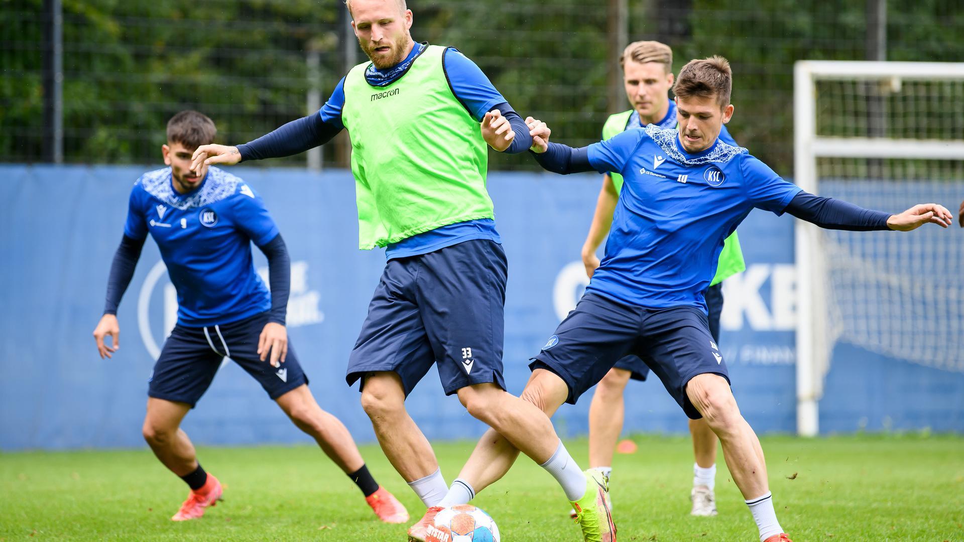 Philipp Hofmann (KSC) im Zweikampf mit Marvin Wanitzek (KSC).  GES/ Fussball/ 2. Bundesliga: Karlsruher SC - Training, 30.08.2021  Football/Soccer: 2. Bundesliga: KSC Training, Karlsruhe, August 30, 2021