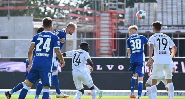 Grosschance Philipp Hofmann (KSC).  GES/ Fussball/ 2. Bundesliga: Karlsruher SC - FC St. Pauli, 25.09.2021 --  Football/ Soccer 2rd Division: Karlsruher SC vs SC St. Pauli, Karlsruhe, Sep 25, 2021 --