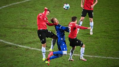 v.l. Dominik Kaiser (H96), Philipp Hofmann (KSC), Marcel Franke (H96).  GES/ Fussball/ 2. Bundesliga: Karlsruher SC - Hannover 96, 27.01.2021  Football / Soccer: 2nd League: Karlsruher Sport-Club vs Hannover 96, Location, January 27, 2021