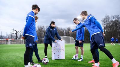 Trainer Sirus Motekallemi mit Taktiktafel und Spielern.  GES/ Fussball/ Junioren U 17: Karlsruher SC - Taktiktraining, 16.03.2021 --