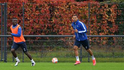 Die Testspieler Daniel Opare (links) und Ricardo van Rhijn absolvieren am Montagvormittag eine Trainingseinheit beim Karlsruher SC.