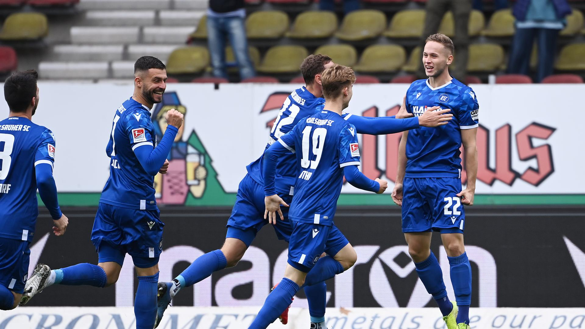 Torjubel nach dem 3-0: Jerome Gondorf (KSC), Marco Djuricin (KSC), Robin Bormuth (KSC), Dominik Kother (KSC) und Torschuetze Christoph Kobald (KSC) jubeln (von links).  GES/ Fussball/ 2. Bundesliga: Karlsruher SC - SV Sandhausen, 17.10.2020  Football / Soccer: 2. German League: Karlsruhe vs Sandhausen,  Karlsruhe, October 17, 2020