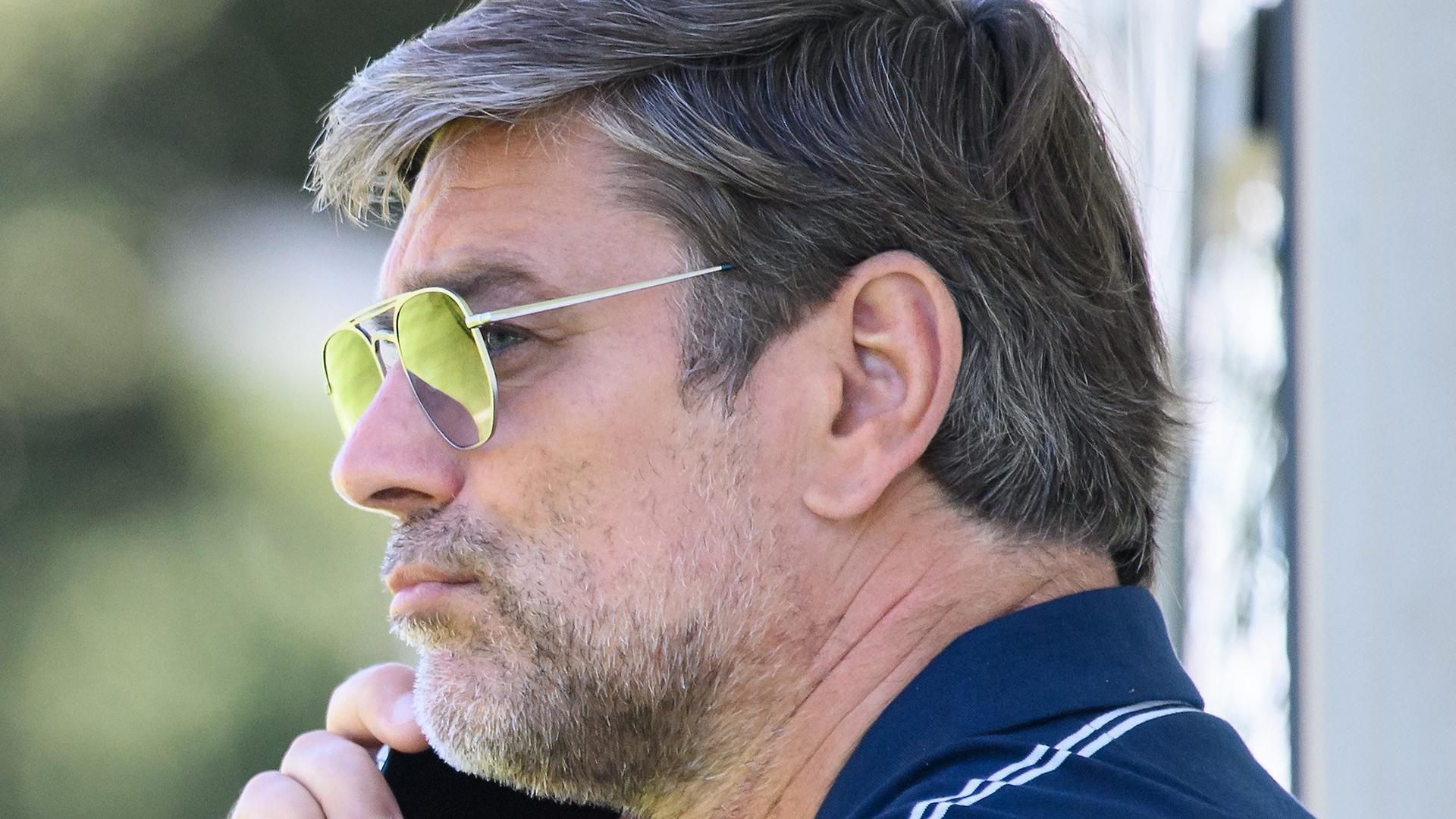 In Gesprächen: KSC-Sportgeschäftsführer Oliver Kreuzer am Rande des Donnerstagtrainings in Bad Leonfelden.