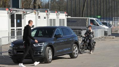 Schnelltests beim KSC: Ersatztorwart Markus Kuster verlässt nach seinem Test den Container und setzt sich zurück in seinen Wagen.