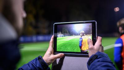 Spielanalyse mit ipad- Tablet. Julian Schwarz (l./ U 16 Nachwuchstrainer und Videoanalyst).