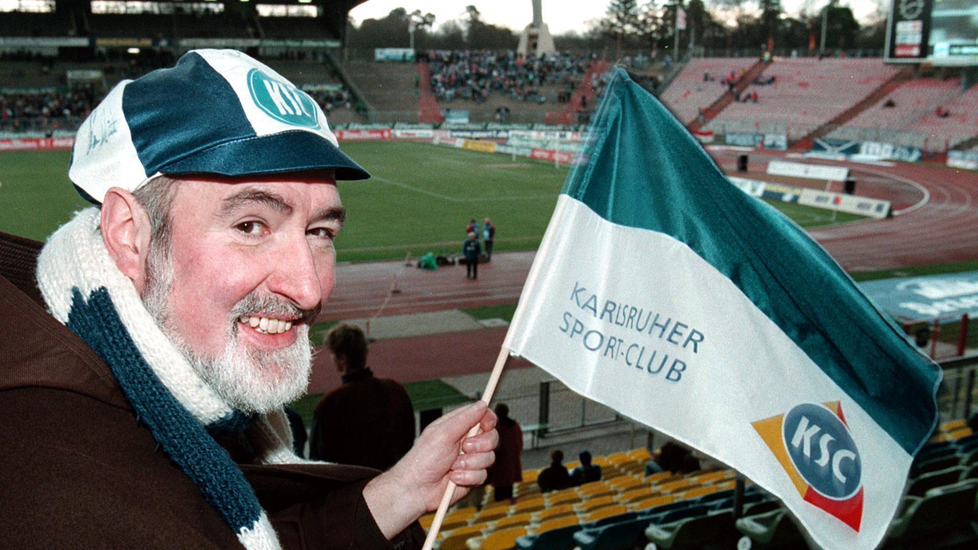 Der Kapuzinerpater Burkhard am 13. Dezember 1997 im Karlsruher Wildparkstadion.