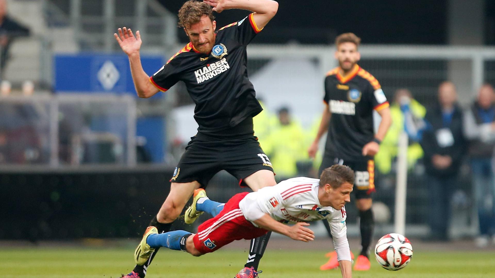 Schwerstarbeit im Hinspiel der Relegation: Der KSC-Schaffer Dominic Peitz und der tieffliegende Ivo Ilicevic, Hamburgs Schütze zum 1:1-Ausgleich.