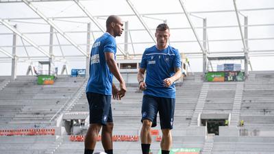 Schwierige Situation: Marvin Pourié (rechts), hier mit David Pisot, soll nach dem Willen von Cheftrainer Christian Eichner nicht ins Trainingslager des KSC mitreisen.