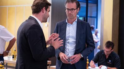 Auf vielen Baustellen gefordert: Der kaufmännische Geschäftsführer Michael Becker (links) im Gespraech mit Clubchef Holger Siegmund-Schultze.