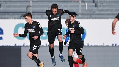 Als Torschütze eingesprungen: Robin Bormuth (Mitte), hier mit Marvin Wanitzek (links) und Christoph Kobald, hat beim 3:2-Erfolg in Kiel sein erstes Tor im KSC-Dress erzielt.