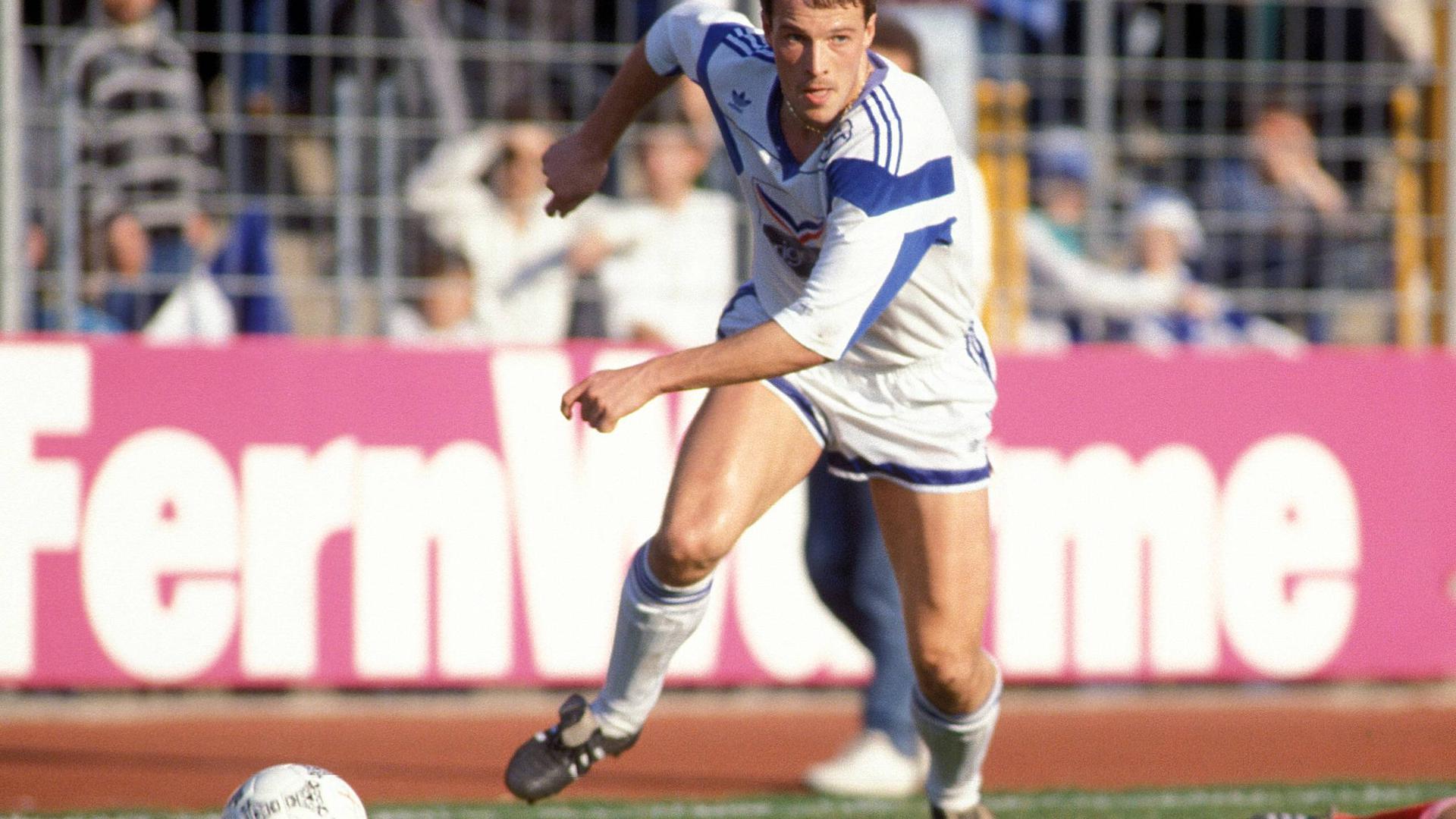 Schnell mit Ball: Rainer Schütterle stürmte 1989 kurz vor dem Mauerfall bei einem Freundschaftsspiel in Leipzig für den KSC.
