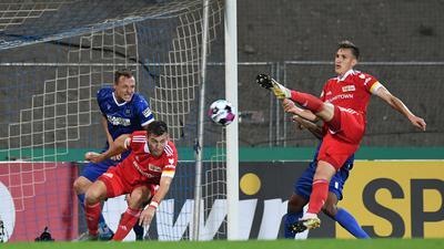 Nico Schlotterbeck (Union) schiesst das Tor zum 0-1.  GES/ Fussball/ DFB-Pokal: Karlsruher SC - 1. FC Union Berlin, 12.09.2020  Football / Soccer: DFB-Cup: KSC vs Union Berlin, Location, September 12, 2020