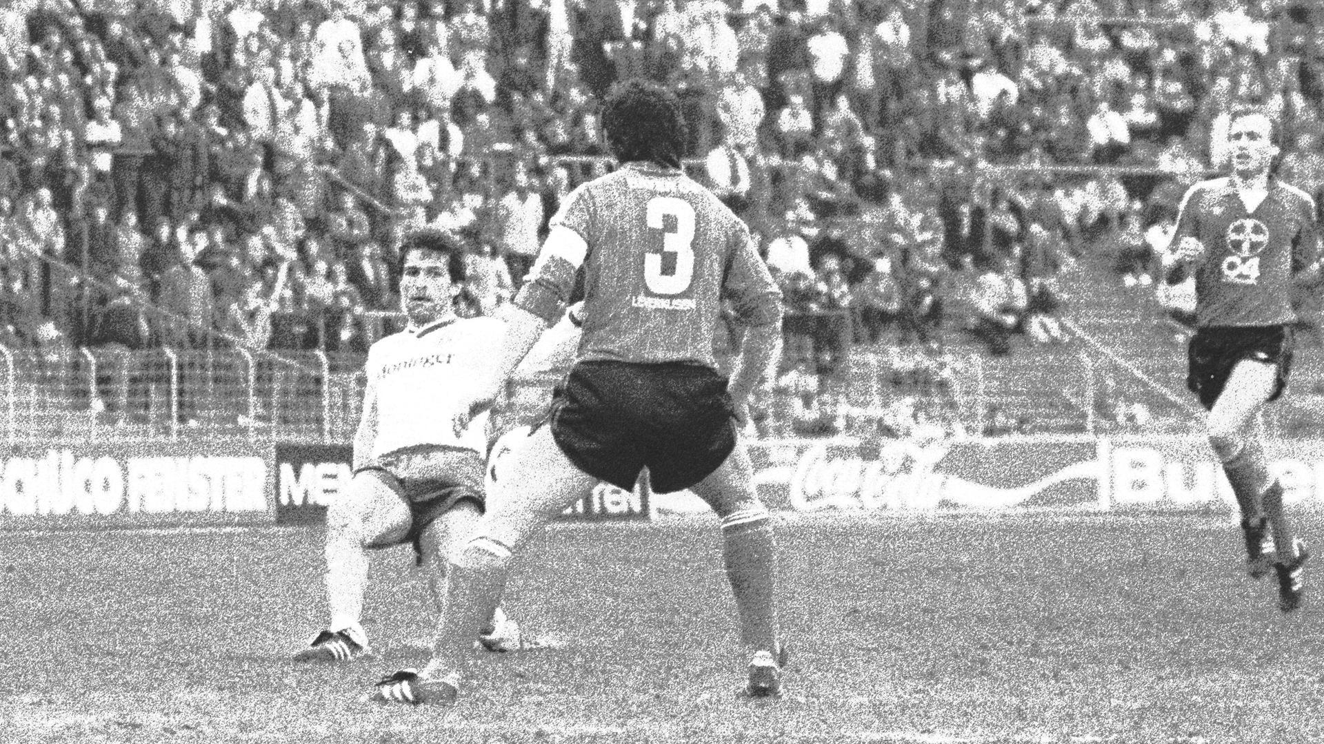 Aus der Klinik auf den Platz: Klaus Theiss am 30. März 1985 im Bundesligaspiel des Karlsruher SC gegen Bayer Leverkusen im Wildparkstadion.