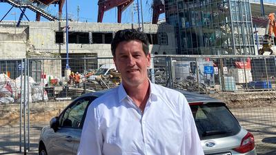 Beeindruckt von der Ruine: Der frühere KSC-Sportdirektor trifft sich auf der Wildpark-Baustelle und staunt über die Fortschritte an seinem früheren Arbeitsplatz.