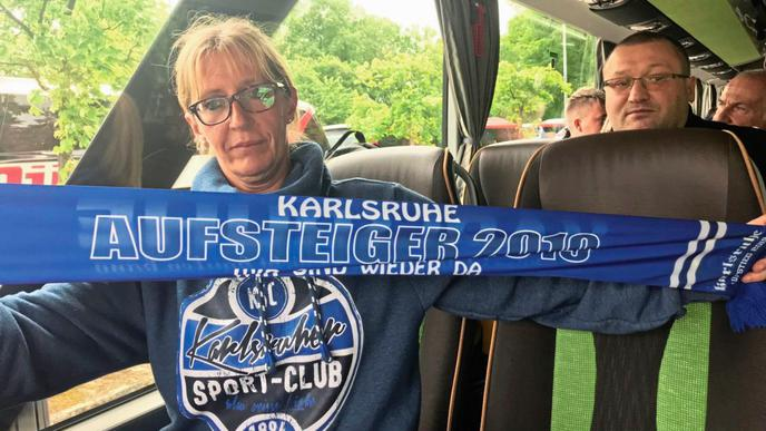 KSC-Fan Ilka Meyer mit dem Aufstiegsschal.
