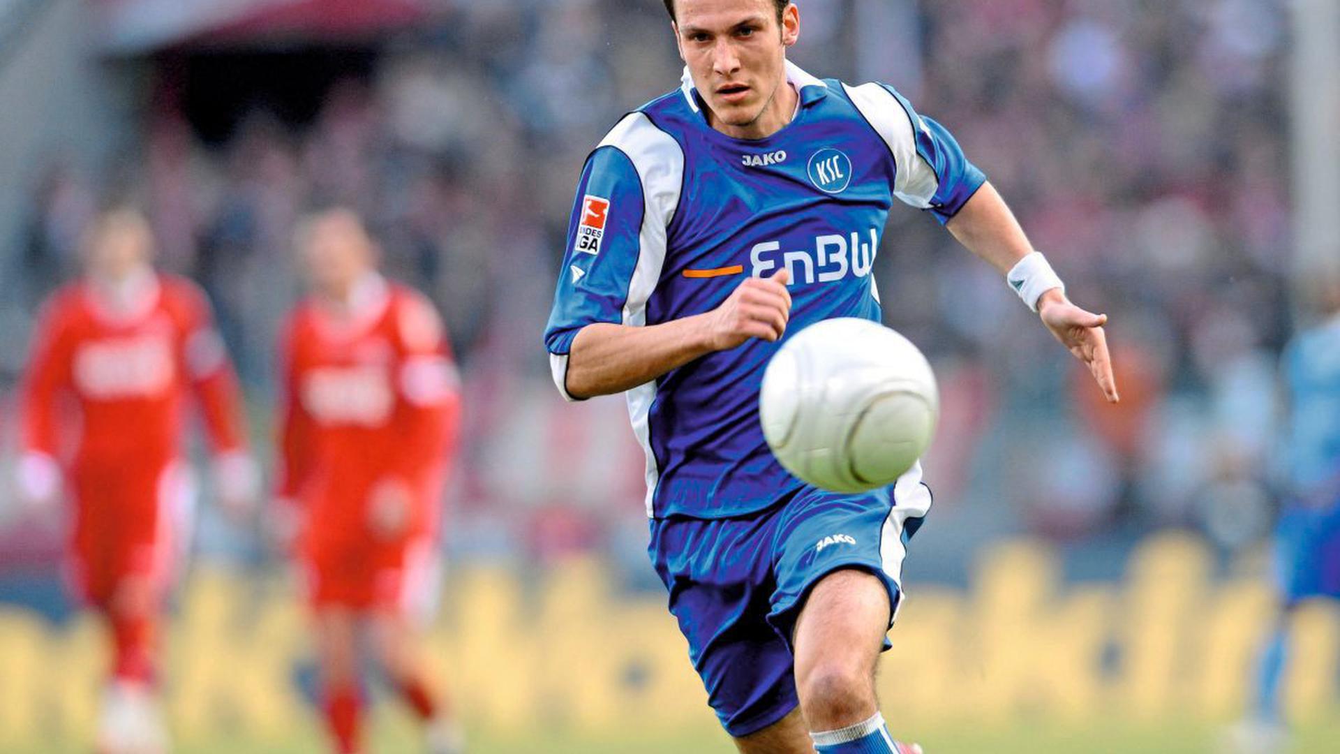 Sebastian Freis am 14. Februar 2009 im Trikot des KSC bei einem Spiel gegen seinen späteren Club, den 1. FC Köln. Die Partie am 20. Spieltag der Bundesliga-Saison 2008/2009 endete in der Domstadt 0:0.