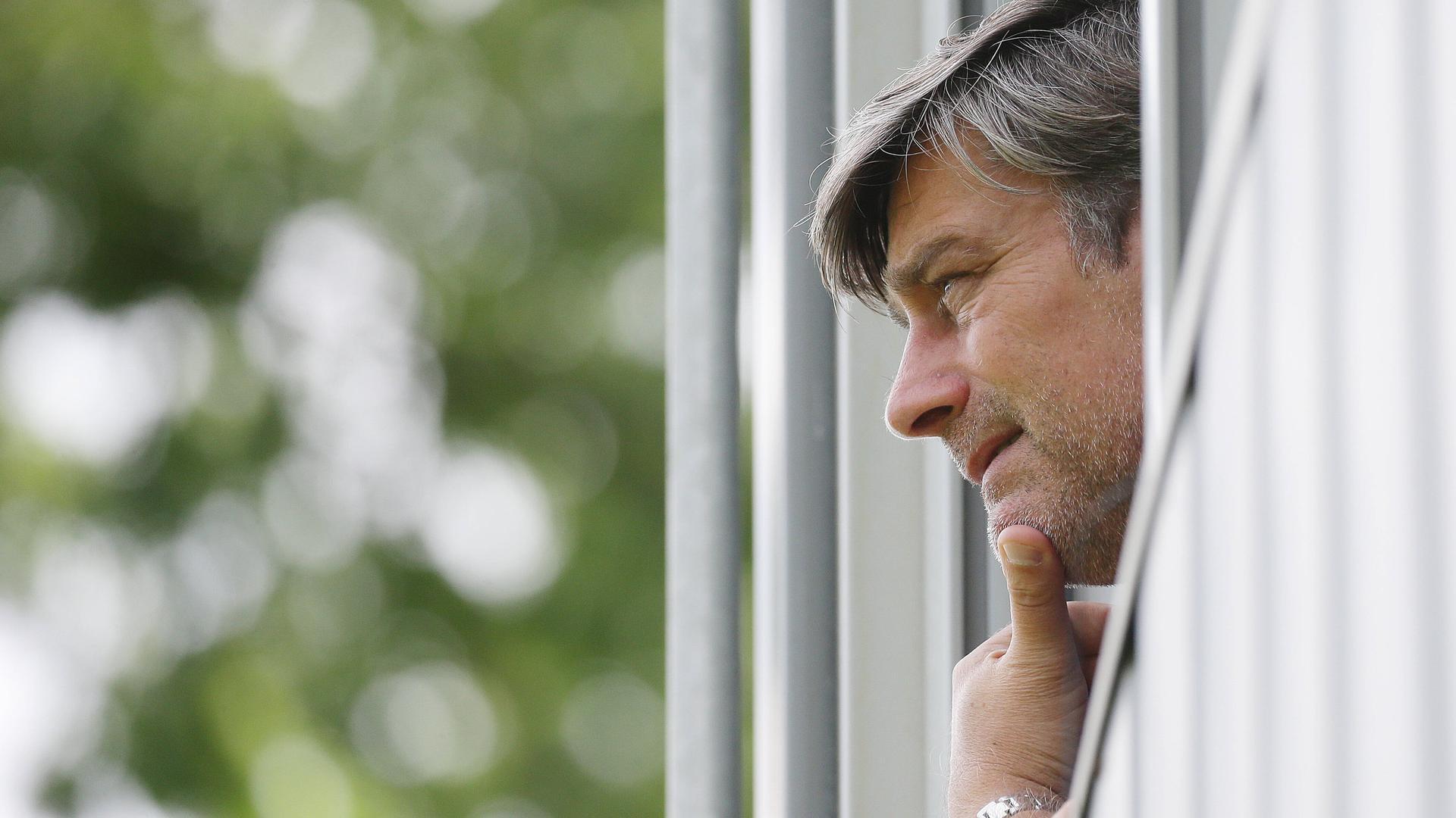 Von oben gesehen: KSC-Sportgeschäftsführer Oliver Kreuzer als Beobachter des Testspiels gegen den SGV Freiberg.