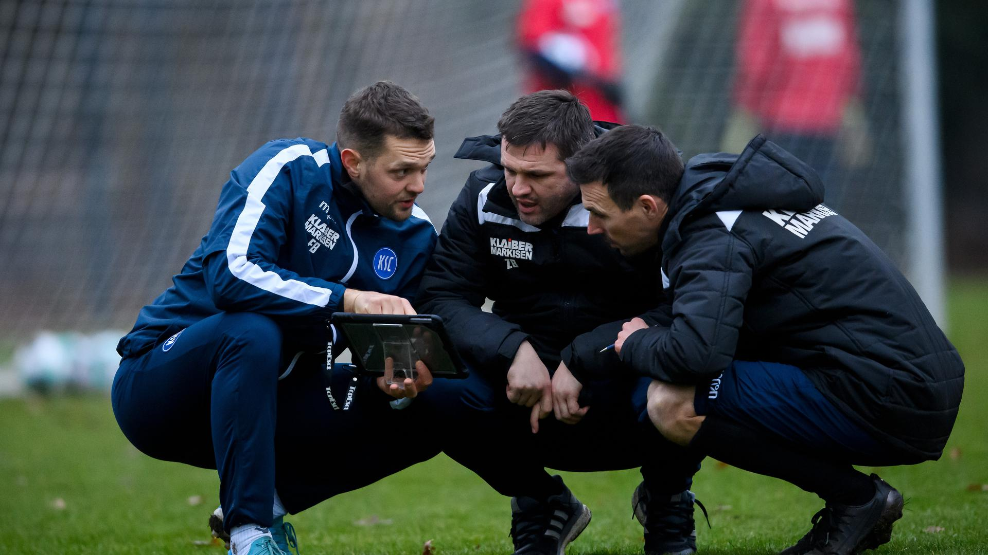 Team-Work der Trainer: Athletikcoach Florian Böckler,  Zlatan Bajramovic und KSC-Chefcoach Christian Eichner am Mittwoch auf dem Trainingsplatz.