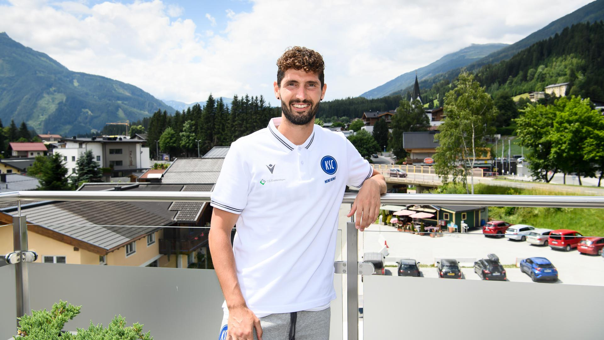 Fragen der Perspektive: Fabio Kaufmann steht am Mittwoch nach der Vormittagseinheit auf dem Sonnendeck der KSC-Unterkunft in Neukirchen.