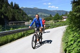 Mit dem E-Bike ins Tal: KSC-Abwehrspieler Sebastian Jung unternahm mit seinen Mitspielern am Dienstagnachmittag einen Ausflug.