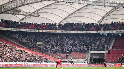 Geisterstimmung schon im Hinspiel: Wegen eines umstrittenen Polizei-Einsatzes war der KSC-Block in Stuttgart nur mäßig gefüllt.