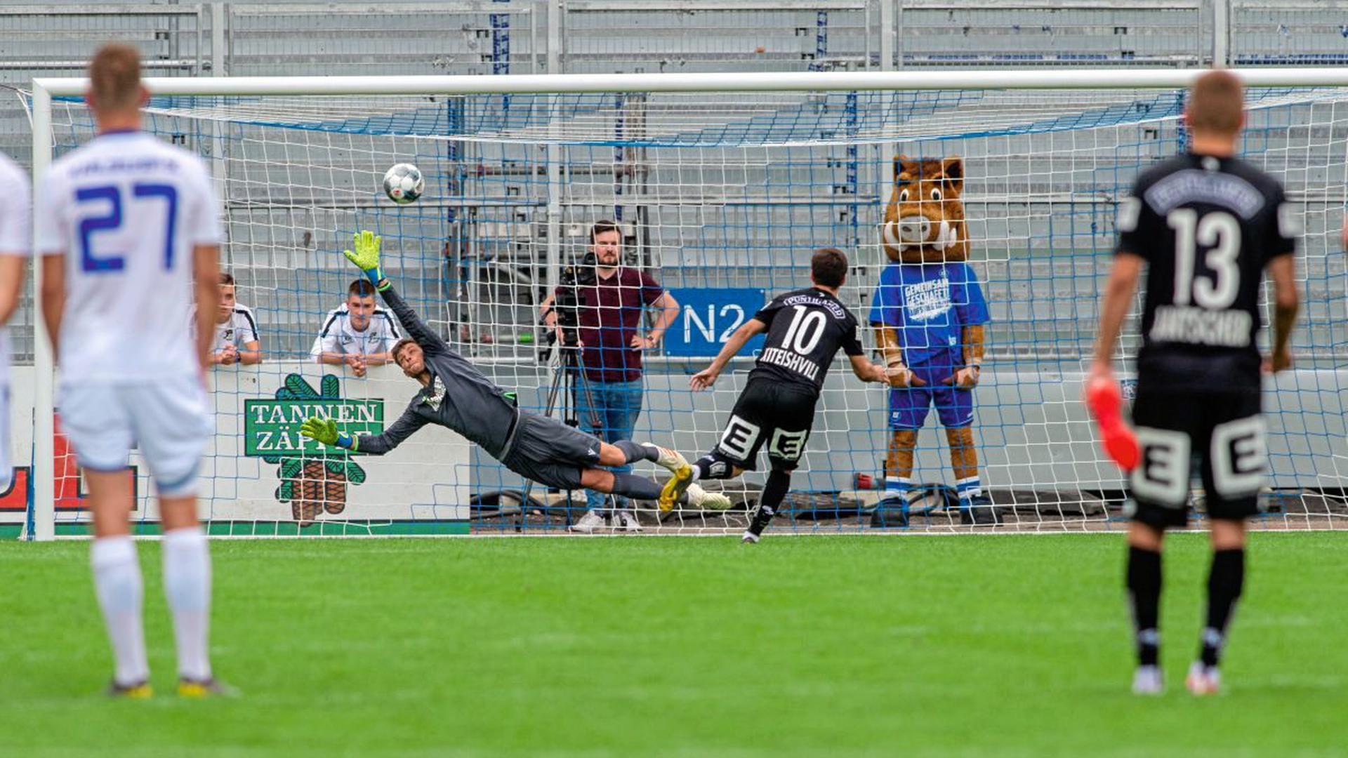 Elfemeterschiessen: Torwart Benjamin Uphoff (KSC) gegen Otar Kiteishvili (SK Sturm Graz)