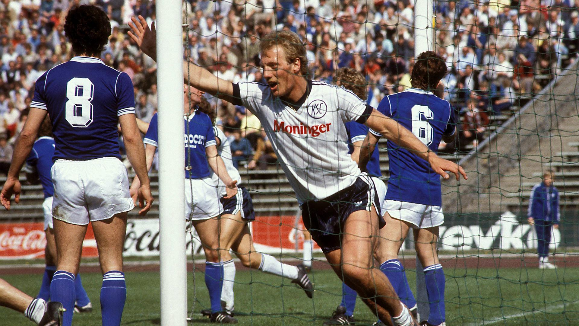 Jubelmomente in der Bundesliga: Der KSC-Stürmer Michael Künast erzielt am 28. April 1984 beim 3:3 der Karlsruher beim FC Schalke 04 zwei Treffer.