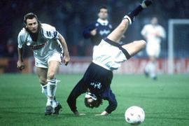 Fels in der Brandung: Wolfgang Rolff (links) im Uefa-Pokalspiel gegen Valencia, in dem der KSC am 2. November 1993 mit einem 7:0 europaweit für Furore sorgte.