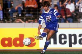 Derby-Einsatz gegen den VfB: Mehmet Scholl im KSC-Trikot am 7. September 1990 beim 2:2 gegen die Schwaben.