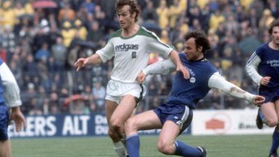 Duelle mit Weltmeistern: Martin Kübler (rechts) stört im Bundesligaspiel des KSC gegen Gladbach am 14. Mai 1977 den ballführenden Rainer Bonhof.