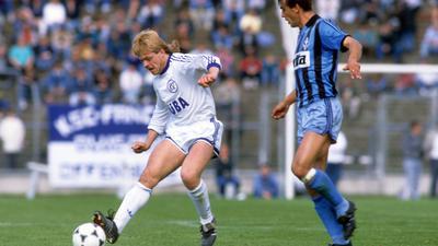 Abwehr-Schaffer: Gunther Metz (links) in seiner zweiten Saison für den KSC. Im Spiel gegen Waldhof Mannheim trennt er sich am 29. April 1988 vor dem angreifenden Damir Buric vom Ball.