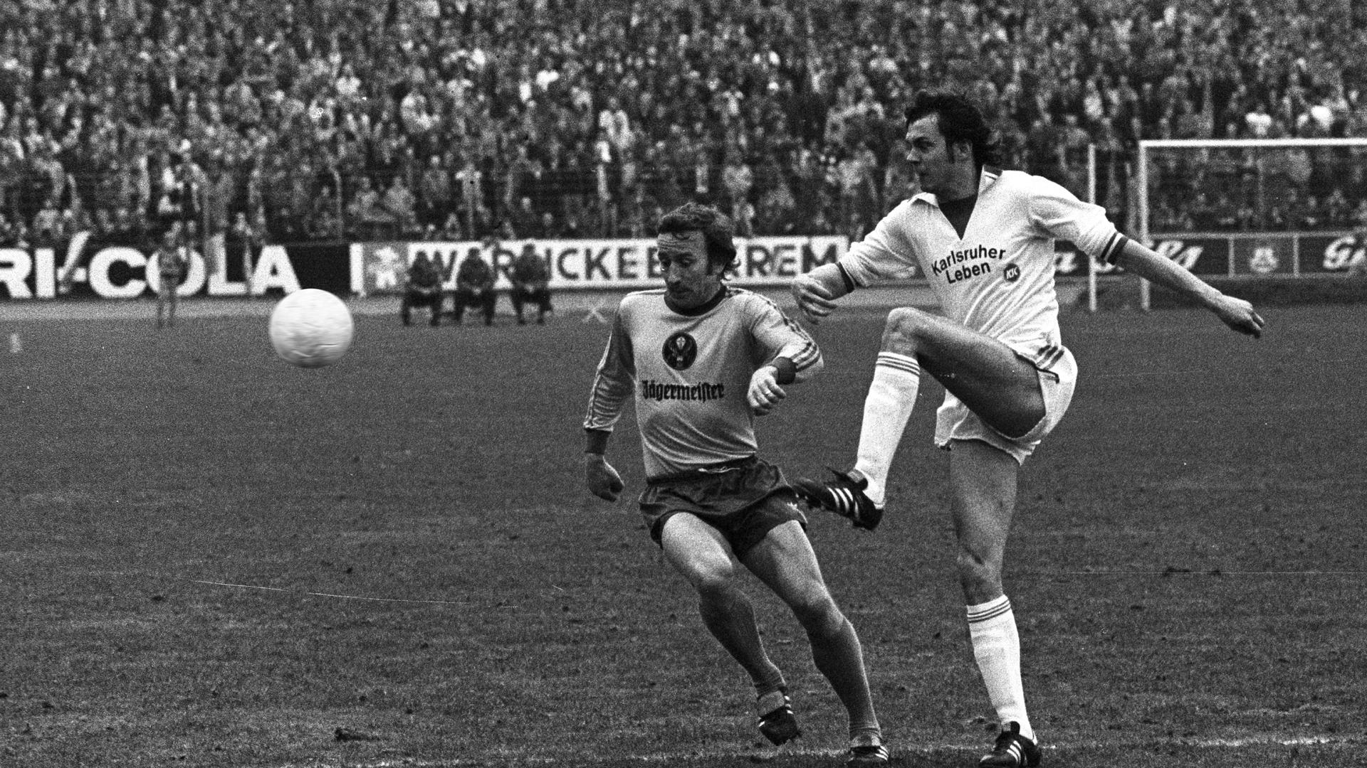 Vom KSC zu den Bayern: Norbert Janzon, der den Ball vor dem Braunschweiger Wolfgang Grzb weiterspielt, erzielt beim 3:3 am 19. März 1977 gegen die Eintracht zwei der drei KSC-Tore.