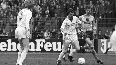 Eine Saison Bundesliga: Die erlebte der spätere Meisterspieler Kurt Niedermayer (am Ball) mit dem KSC in der Saison 1976/1977, hier am 19. März in der Partie gegen Eintracht Braunschweig.