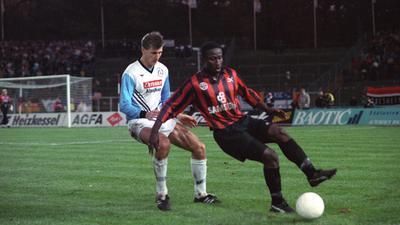 Gegen die Besten im Westen: Burkhard Reich wartet am 9. November 1993 im Spiel gegen Frankfurt auf den nähsten Haken der Eintracht-Stürmer Anthony Yeboah.