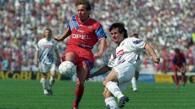 Abgelaufen: Dirk Schuster kommt am 29. April 1994 im Heimspiel gegen den FC Bayern vor dem Ex-Karlsruher Michael Sternkopf an den Ball.
