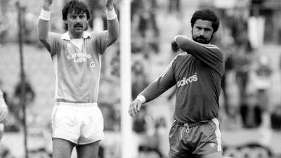 Spätere Freunde als Gegenspieler: Rainer Ulrich (links) verteidigte Mitte der 1970er das Tor des Karlsruher SC auch gegen Gerd Müller, der für die Bayern Tore am Fließband machte.