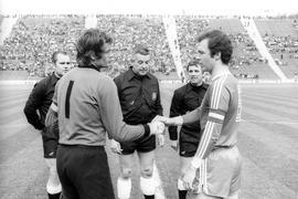 Alte Bekannte zu Beginn der 1980er: Die Kapitäne Rudolf Wimmer (links) und Franz Beckenbauer begrüßen sich vor einem Bundesligaspiel des KSC in München.
