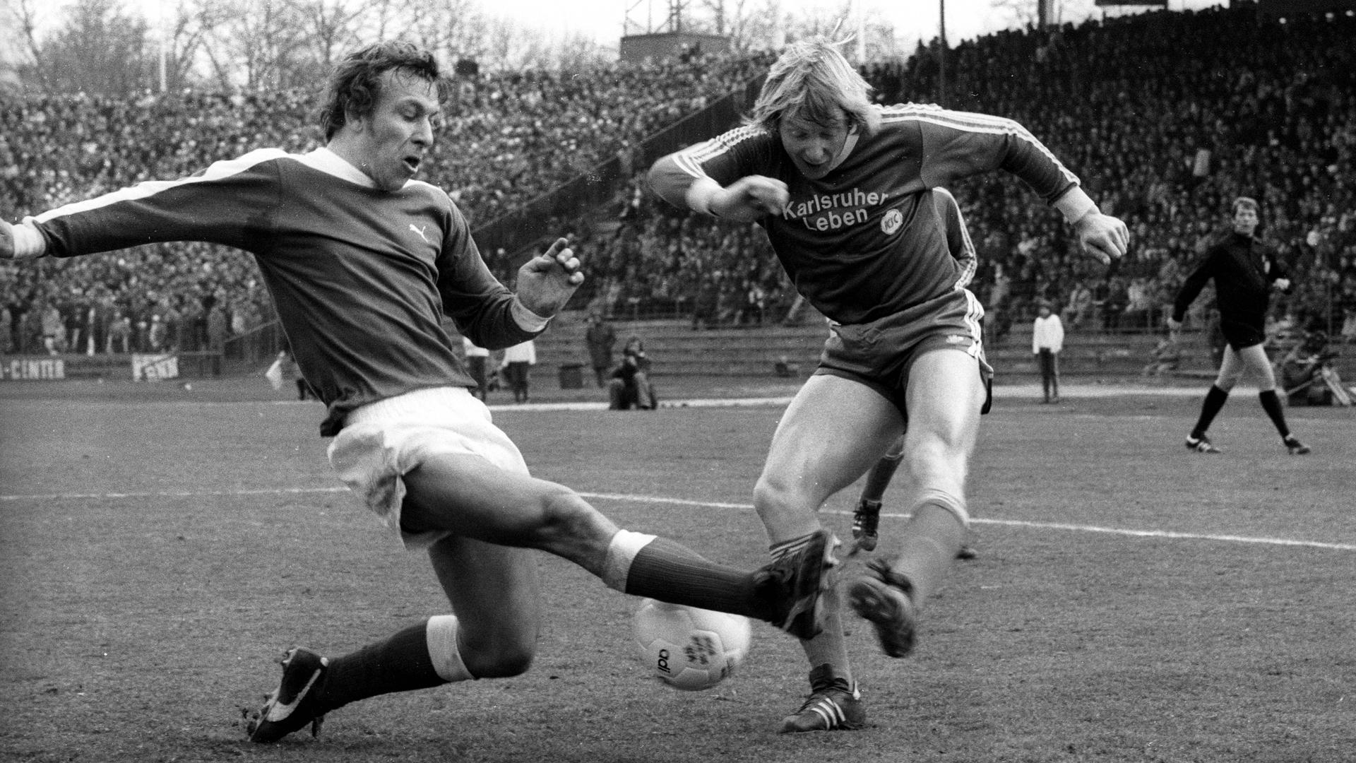 Däne mit Meinung und Torriecher: Ove Flindt Bjerg (rechts) flankt am 8. März 1976 den Ball nach innen, ohne dass ihn der Bremer Horst-Dieter Höttges noch daran hindern kann.